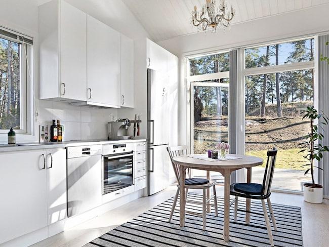 22 kvadrats attefallshus i Saltsjö-Boo, Nacka, har ett utgångspris på knappt 1,8 miljoner kronor.