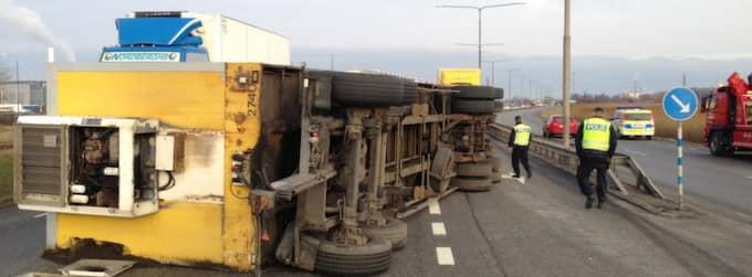 En lastbil har vält på Västkustvägen i Malmö. Singelolyckan skapar störningar i trafiken. Foto: Tomas Leprince