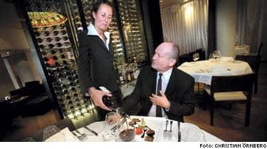 Expressens reporter Ingvar Hedlund lyssnar och njuter av vinet som Jenny Härstam serverar på krogen Vassa Eggen.