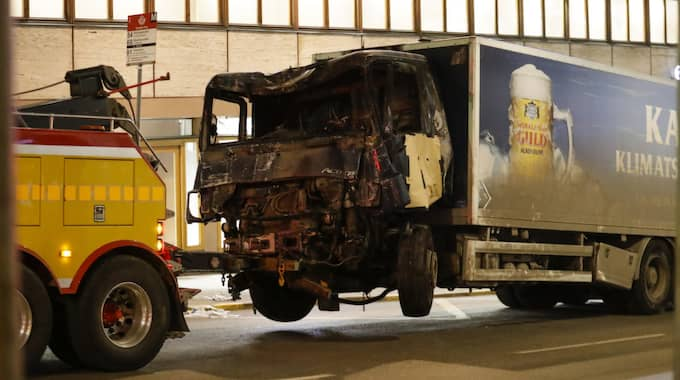 """""""Chauffören ställde sig framför lastbilen för att stoppa den maskerade mannen. Både han och hans anhöriga är i chock"""", förklarar Mårten Lyth, kommunikationsdirektör på Spendrups. Foto: Markus Schreiber / AP TT NYHETSBYRÅN"""