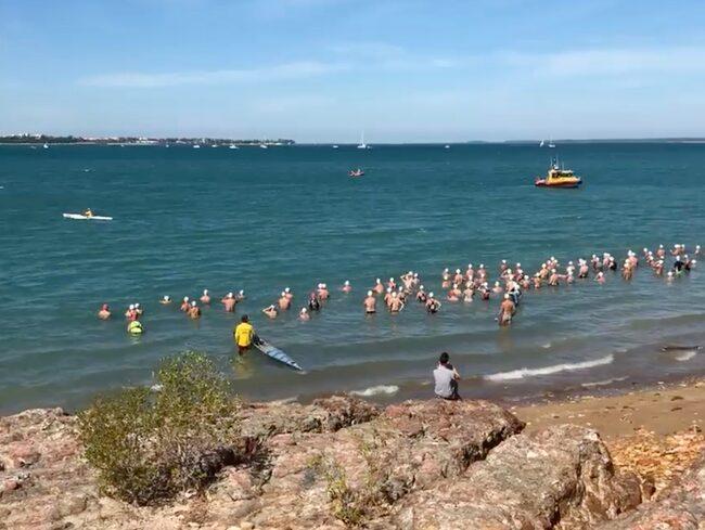 153 simmare sprang i krokodilhabitatet i Darwin på söndagen.