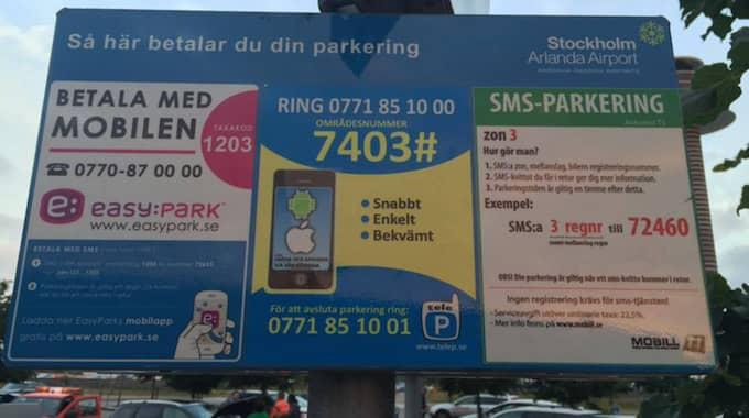 Att skylten på Arlanda ser ut som den gör beror på att Swedavia vill ge kunderna tre olika möjligheter att avlägga avgift. Foto: Privat