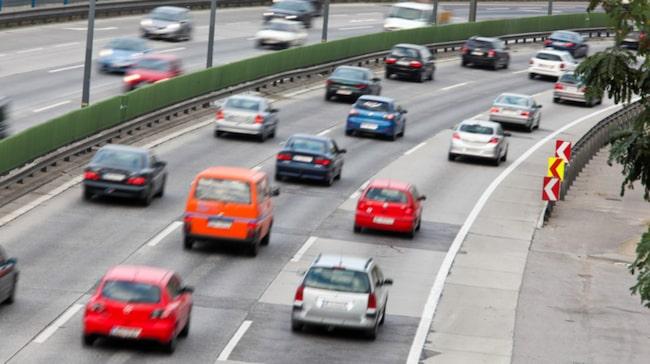 Låt bilen stanna hemma, att resa kollektivt sparar på miljön.