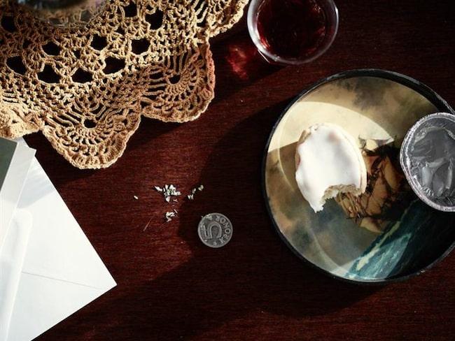 På bordet liggen er femkrona och en halväten muffins kvar. Allt är precis som det såg ut när mannen försvann.