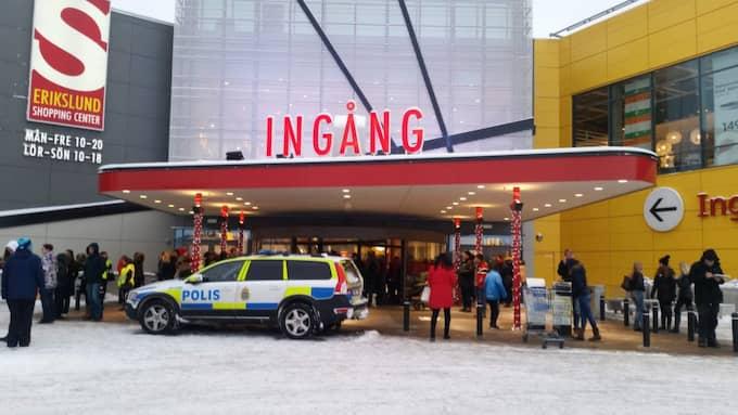 Ikea utrymdes under söndagen efter ett bombhot. Foto: David Sjöstrand