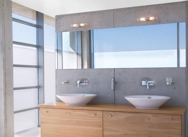 Badrumsbelysning är inte lätt – det finns en del att tänka på. Belysningen ska till exempel helst vara placerad i ögonhöjd för att lysa upp ansiktet på bästa sätt.