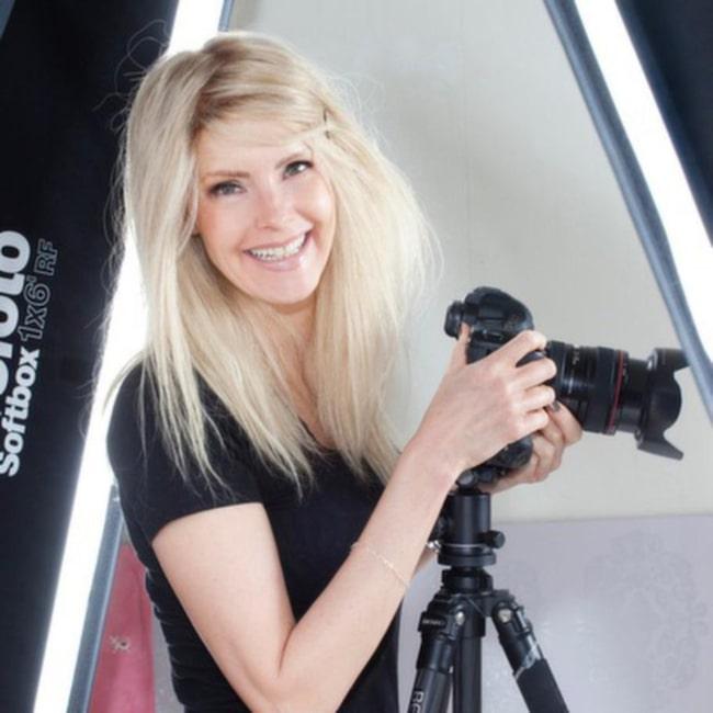 """Fotografen Cecilia Hedström, 45, från Göteborg känner sig mer som sig själv när hon har peruken på sig än när hon är utan den. """"För mig är det viktigt att få se ut som och känna mig frisk"""", säger Cecilia, som i höstas fick diagnosen äggledarcancer.<br>Bläddra vidare för att se Cecilia i olika peruker!"""