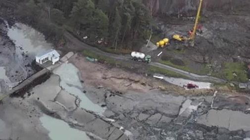 Se drönarbilderna på stora det jordraset