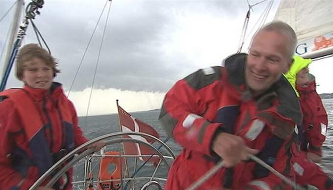Hårt pressade. Den danska familjen, med pappan Jan Johansen i spetsen, och deras två besättningsmän är hårt pressad efter nära en månad i de somaliska piaternas våld, uppger en dansk journalist som kunnat besöka dem på båten där de hålls fångna.
