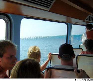 DÖDENS VÅG. Plötsligt reste sig havet och skräckslagna svenska båtturister i Thailand trodde att deras sista stund var inne. Jonas Eklind från Mariestad hade sinnesnärvaro att ta upp kameran. Sekunderna efter att han tog den unika bilden av dödsvågen begravdes båten under tonvis med vatten.