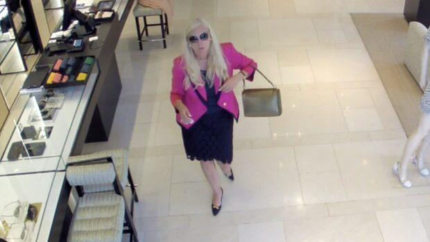 Här är övervakningsfilmen som visar hur Gunilla Persson tar solglasögonen