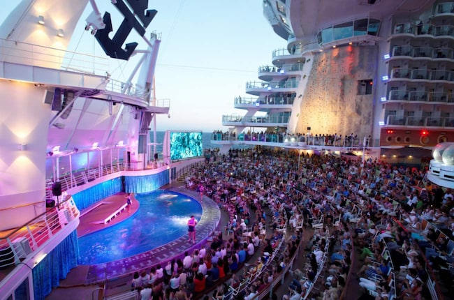 <span>Allure of the Seas. Aqua Theatre är en läcker utomhusscen med pool.</span>