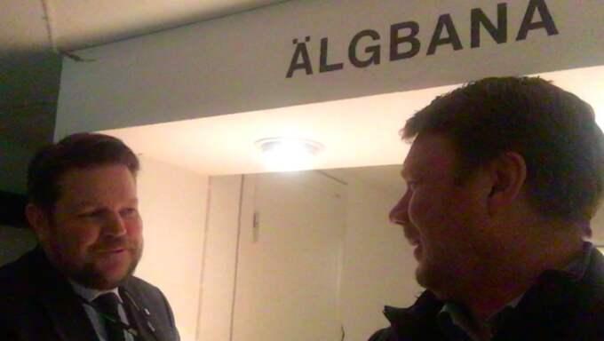 """Centerpartiets riksdagsledamot Johan Hedin, själv jägare, öppnar dörren till luftgevärshallen i kvällens """"Bara Politik""""."""