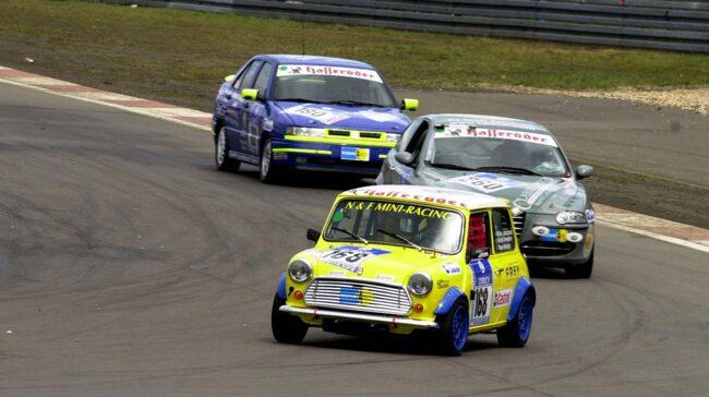 <span>Fler än 350 historiska bilar deltar i helgens Velodromlopp i Karlskoga.</span>