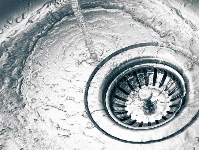 Mjöl blir nämligen som cement i avloppen och kan bidra till rejäla stopp i rören.