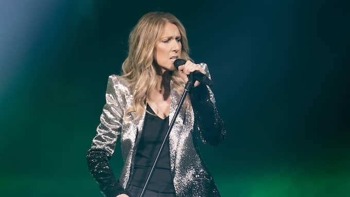"Iklädd glittrande kavaj inleder Céline Dion med 90-talshiten ""The power of love"". Foto: MAGNUS LILJEGREN / STELLA PICTURES MAGNUS LILJEGREN"