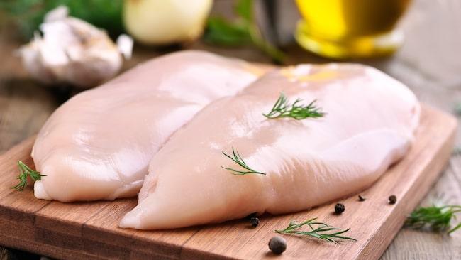 """""""Campylobacter kan finnas även i fryst kyckling, men det är så låg nivå att den vanliga livsmedelshygienen fungerar"""", säger Signar Mäkitalos."""