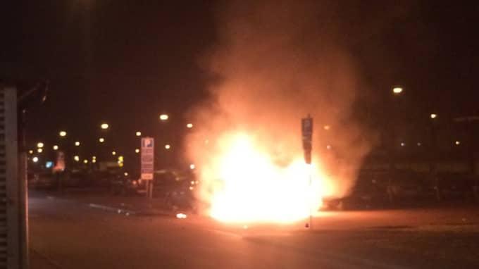 Minst tre bilar brann. Foto: Läsarbild
