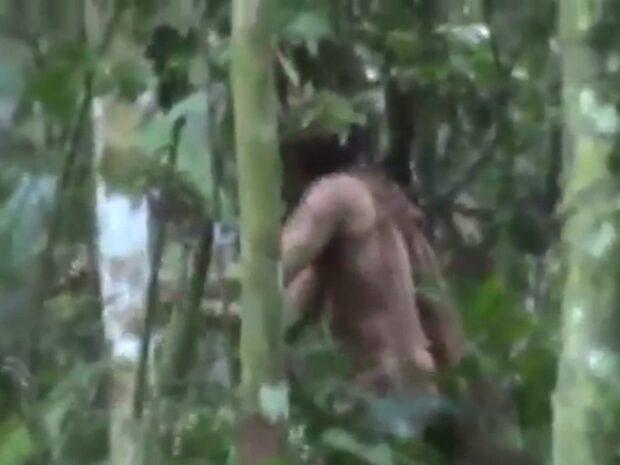Se de unika bilderna på sista överlevaren av naturfolket