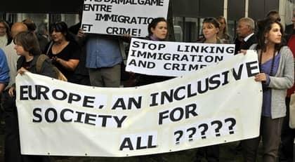 Demonstrationer pågick i Frankrike och hela Europa under lördagen. Här protester utanför den franska ambassaden i Bryssel. Foto: Georges Gobet/AFP