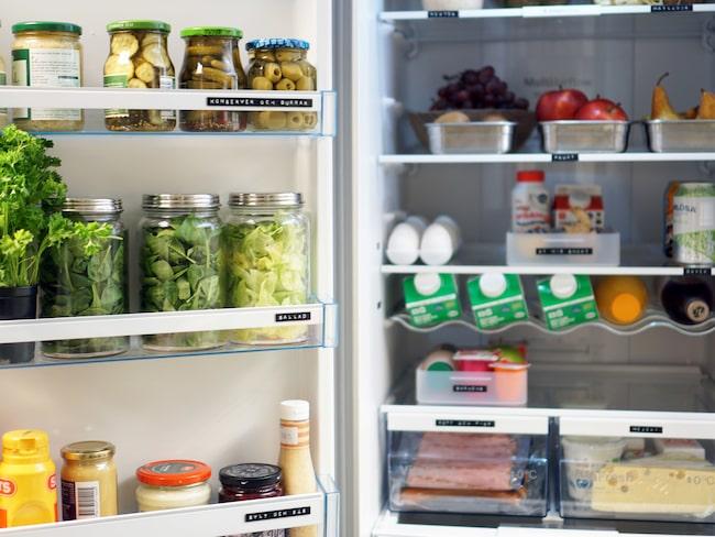 Till att börja med är det viktigt att tömma kylskåpet och rengöra. Läs mer nedan om alla smarta tips.