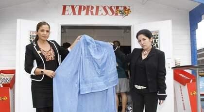 Riksdagsledamoten Gulan Avci (FP) och människorättsaktivisten Sara Muhammad debatterade burkan i Expressens valstuga Foto: Martina Huber