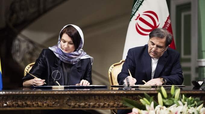 Ann Linde skriver på samförståndsavtal i Teheran, iförd slöja. Foto: Anna-Karin Nilsson / ANNA-KARIN NILSSON EXPRESSEN