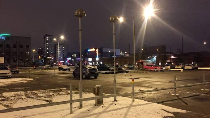 Det var väl upplyst på Mobilias parkering i Malmö – ändå blev kvinnan rånad och våldtagen av en ung kille med kniv. Foto: CLAES CARLSON
