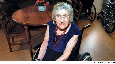 Klockan 9.00 i morgon säljs Maj Holmblads lägenhet på exekutiv auktion. Här har hon bott i 65 år och hon har betalat 780 hyror. Nu vräks hon därför att hon låg på sjukhus och inte kunde betala hyran i tid.