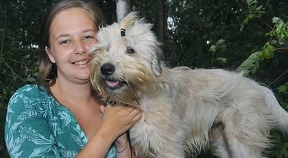 """När Johanna Normark var ute och gick när hennes hund Mossa helt plötsligt stack in i skogen. """"Jag ropade efter henne, men hon stannade inte"""", berättar Johanna som sedan hittade Mossa vid sidan av en äldre man som lång raklång på marken. Foto: Lasse Sandström"""