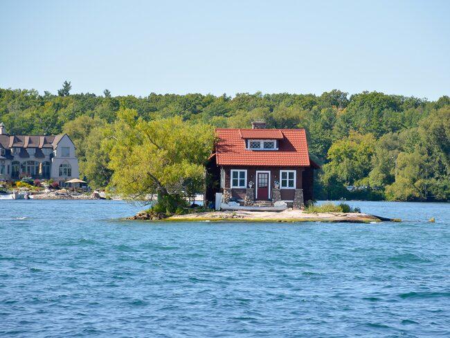 I vattnet mellan New York och Ontario finns världens minsta ö – Just room enough island.