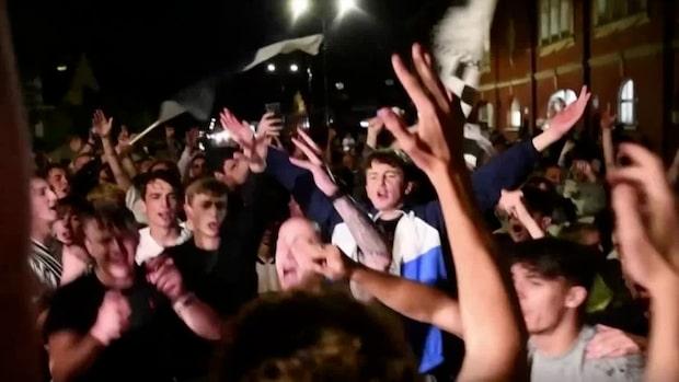 Här firar Fulham-fansen återkomsten till Premier League