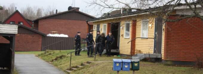 En kvinna gruppvåldtog på ett av Migrationverkets boende i Mariannelund i Småland i december 2011. Nu kräver hon miljonskadestånd.
