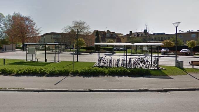 Här, vid busstationen i Tibro, skulle bilaffären genomföras. Foto: Google Earth