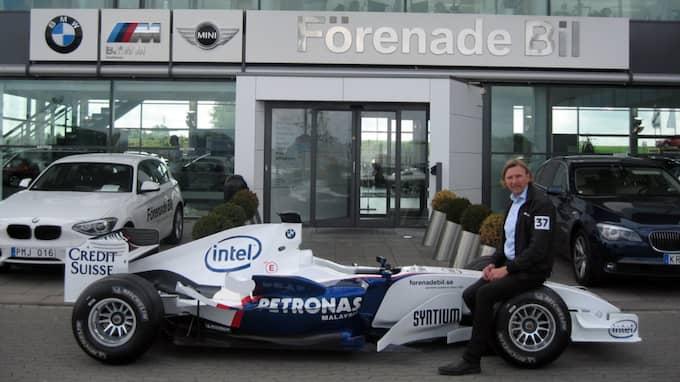 Rolf Ramestam, marknadschef, sitter på Formel 1-bilen. Foto: Rolf Ramestam
