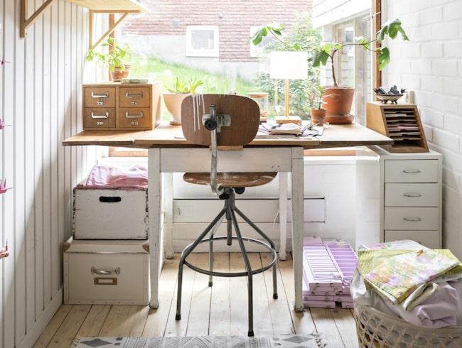 Arbetsplatsen är inrymd i en liten alkov intill sovrummet. Det är en fin liten vrå där Beata uppdaterar loppisfynd. Bordet är köpt på en bondauktion för många år sedan, stolen är köpt på loppis.