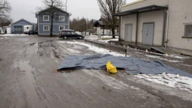 Här, utanför gamla Konsum i Kristinehamn, blev den äldre mannen överfallen när han var på väg hem från en affär med matkassarna i händerna. Foto: POLISEN
