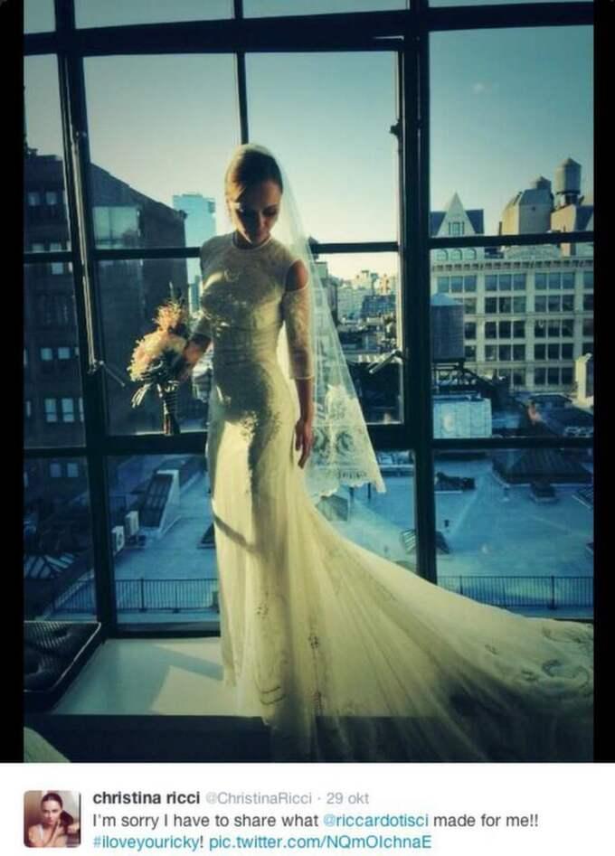 I designerduellen nämns även Givenchys creative director Riccardo Tisci. Skådespelerskan Christina Ricci valde att gifta sig i Givenchy, efteråt la hon ut bilder på sig själv i klänningen på sitt Twitterkonto och verkade mer än nöjd.