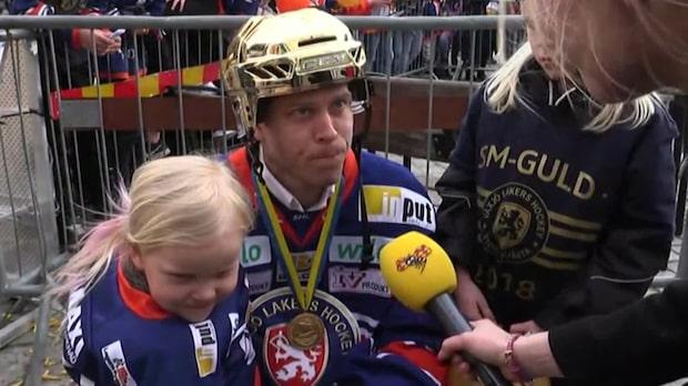 Viktor Fasth och barnen på guldfirandet