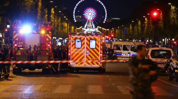 Parispolisen uppger att poliserna vaktade tunnelbanestationen vid Champs-Elysées när de blev beskjutna. Foto: Agence / Bestimage / /IBL BEST IMAGE
