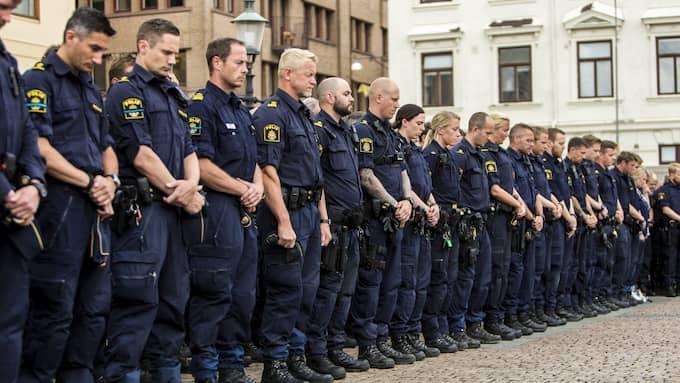 Kollegor hedrar polismannens minne. Foto: HENRIK JANSSON / GT/EXPRESSEN