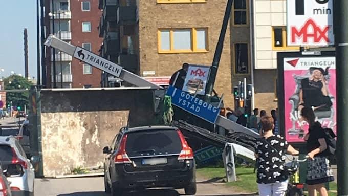 Lastbilschauffören chockades av olyckan och har förts till sjukhus. Foto: Jonathan Appelqvist