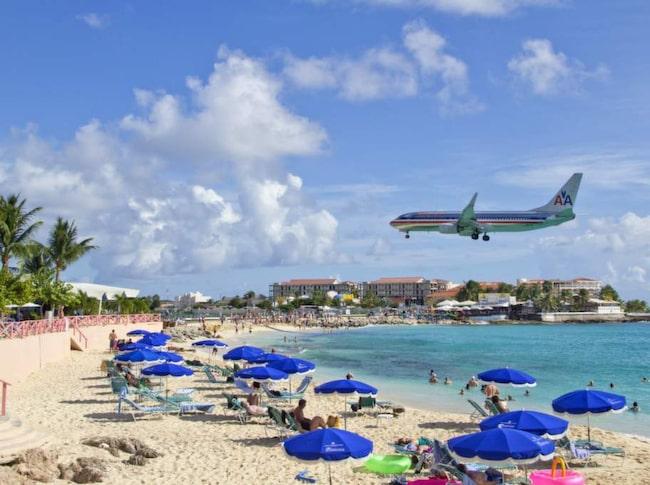 Meter kvar. En turistattraktion på Maho Beach på St Martin är att se flygplanen dundra in med nya turister.