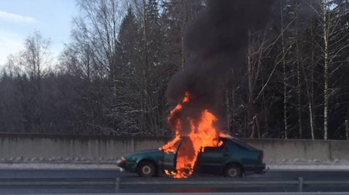 Rånarna blockerade vägen genom att tända eld på en personbil som användes vid rånet. Foto: Ilari Törönen