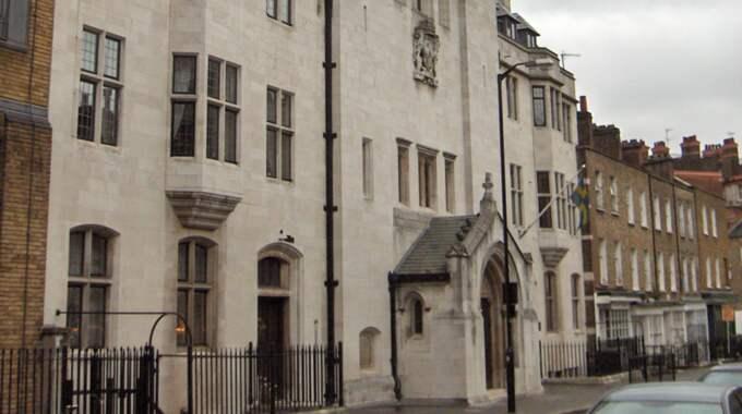 Svenska kyrkan i London har betalat ut svarta löner, skriver Aftonbladet.