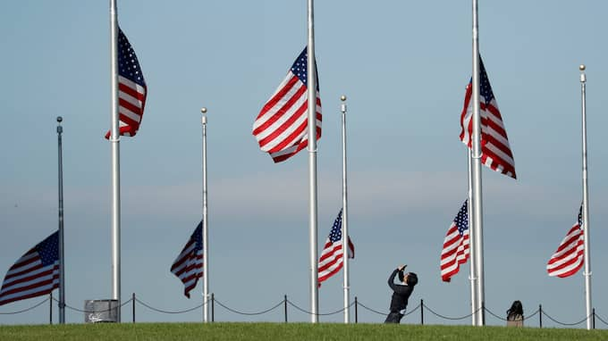 Flaggor på halvstång för att hedra de 59 dödsoffren. Foto: KEVIN LAMARQUE / REUTERS X00157