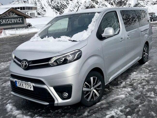 Familjebussen från Toyota klarar sig bra på långresan till skidåkningen i Tyrolen.