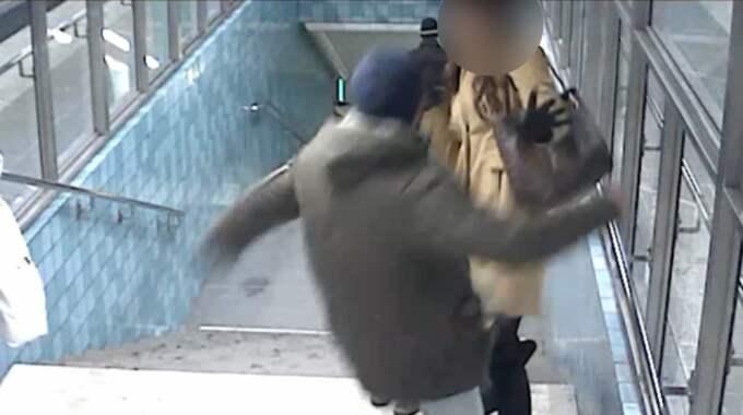 Här sparkar mannen mot småbarnsmamman. Foto: Polisen