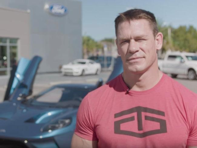 På Youtube visar John Cena stolt upp den extrema bilen han nu sålt vidare.