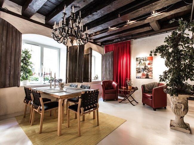 Ateljén kan göras om till flera rum, exempelvis 3 sovrum samt allrum.